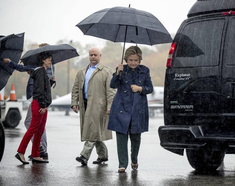 Bà Clinton (phải) tại sân bay hạt Westchester ở White Plains (New York) ngày 21-10, chuẩn bị lên máy bay đi Cleveland vận động tranh cử.