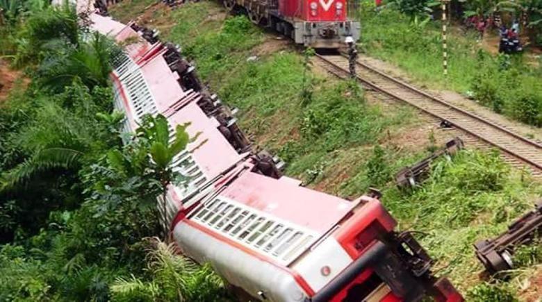 Các toa tàu lật nhào khỏi đường ray.