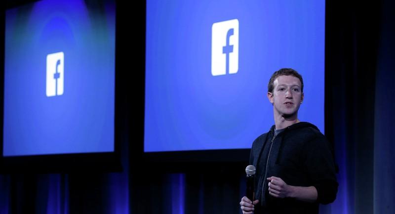 """Tổng Giám đốc Facebook Mark Zuckerberg cho rằng kiểm duyệt phát ngôn của ông Trump -một ứng viên tổng thống là """"không thích hợp""""."""
