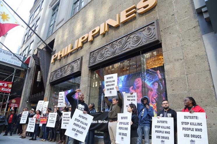 Biểu tình trước trụ sở Tổng Lãnh sự Philippines ở New York (Mỹ) ngày 11-10 phản đối giết tội phạm ma túy ở Philippines.