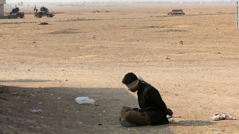 Một phần tử IS bị lực lượng chống khủng bố Iraq bắt trói ở ngoại ô Tob Zawa cách Mosul 9km ngày 25-10.