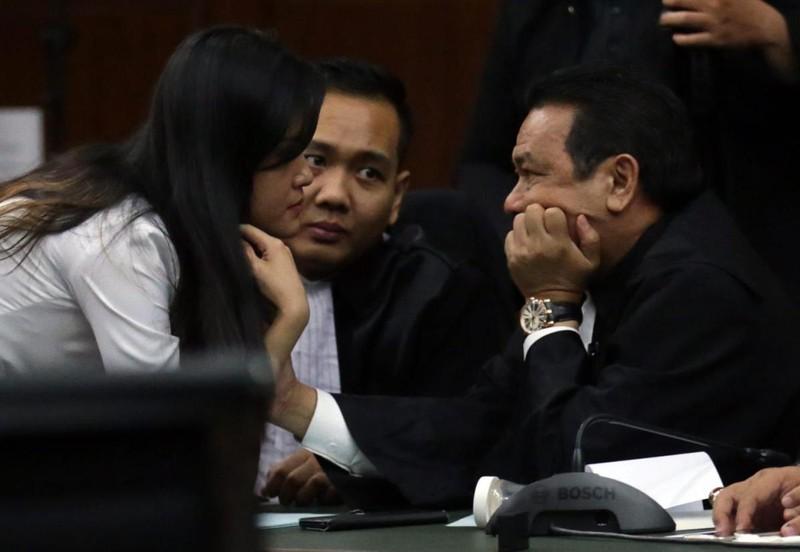 Bị cáo Jessica Kumala Wongso trao đổi với luật sư tại phiên tòa.