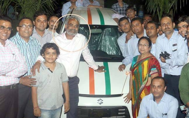 Ông Savjibhai Dholakia (được khoanh tròn) và nhân viên của mình.