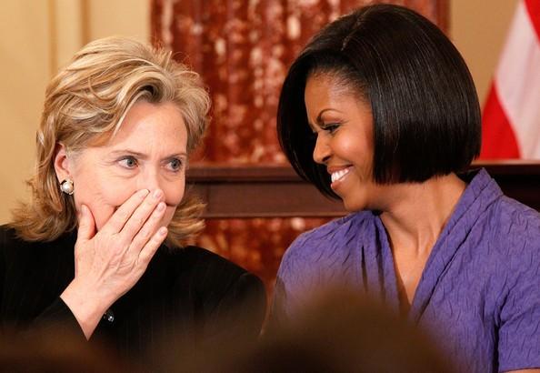 Bà Clinton (trái) sẵn sàng hoan nghênh bà Michelle làm việc trong nội các một khi bà thắng cử tổng thống.