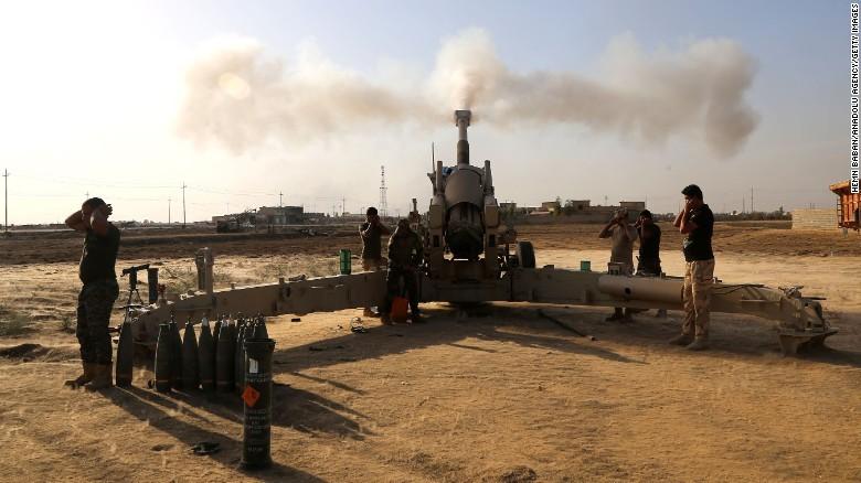 Quân Iraq bắn pháo về mục tiêu Iraq ở Mosul ngày 1-11.