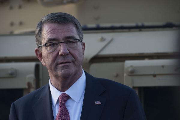 Bộ trưởng Quốc phòng Mỹ Ash Carter tại sân bay Baghdad trong chuyến thăm Iraq hồi tháng 4.