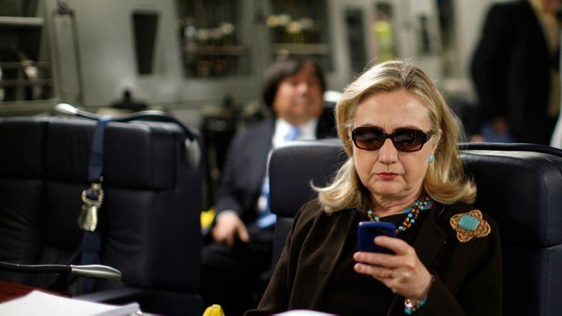 FBI đang điều tra lại bê bối email của bà Clinton.