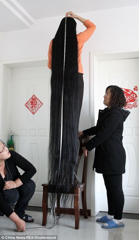 Bà Ni Linmei sở hữu mái tóc dài gần 4m sau 18 không cắt.