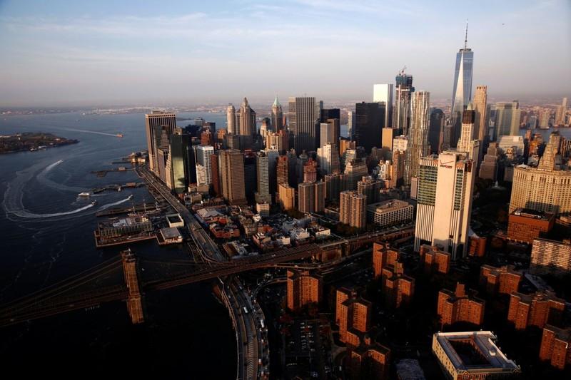 Mặt trời mọc trên cầu Brooklyn ở quận Manhattan (New York) ngày 2-11.