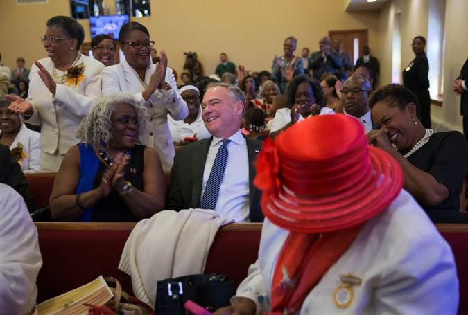 Nghị sĩ Tim Kaine, ứng viên phó tổng thống Dân chủ dự lễ nhà thờ tại TP Milwaukee (bang Wisconsin) ngày 6-11.