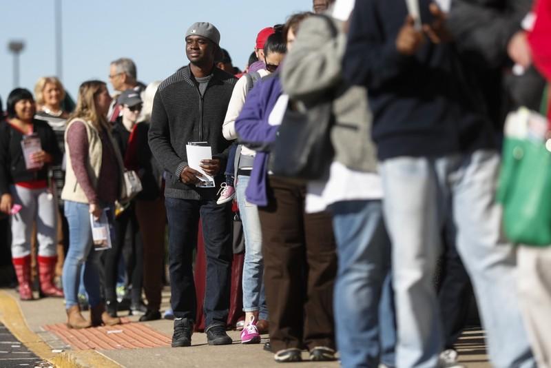Cử tri xếp hàng dài chở bỏ phiếu sớm ở TP Columbus (bang Ohio) ngày 7-11.