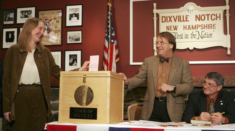 Cư dân làng Dixville Notch bỏ phiếu lúc nửa đêm trong cuộc bầu cử sơ bộ tổng thống năm 2008.