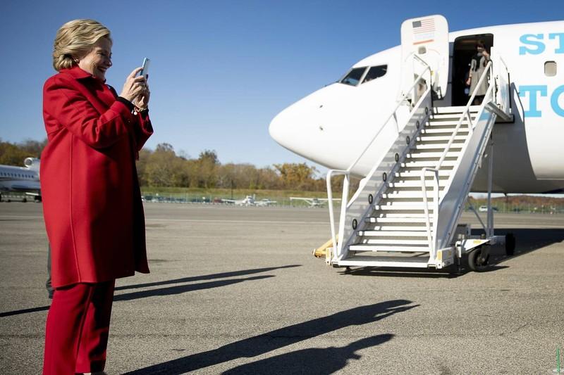 Bà Clinton nói chuyện với con gái trước khi rời nhà ở New York đi vận động ngày 7-11.