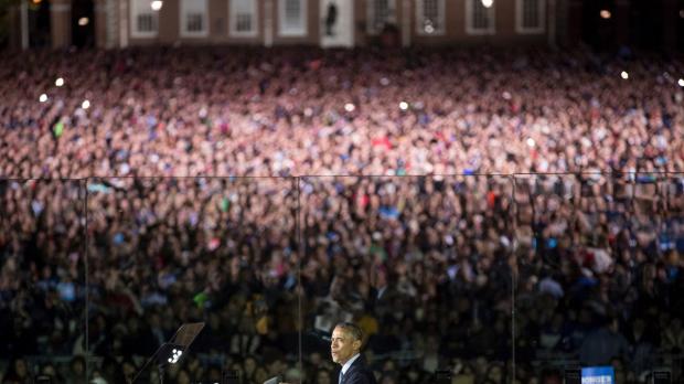 Bức ảnh này cho thấy rõ Tổng thống Obama đang đứng phát biểu trong làn kính chắn đạn.