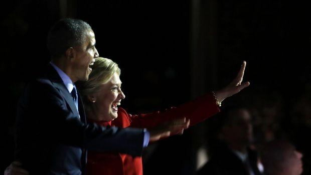 Tổng thống Obama và bà Clinton trên sân khấu vận động tại Philadelphia ngày 7-11.