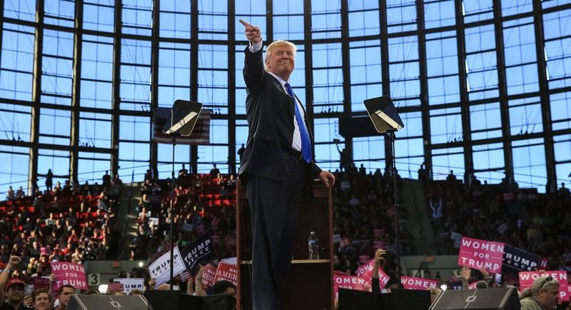 Ông Trump trong ngày vận động cuối 7-11.
