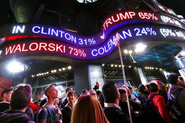 Người dân New York chờ đón kết quả bầu cử. New York là bang Dân chủ.