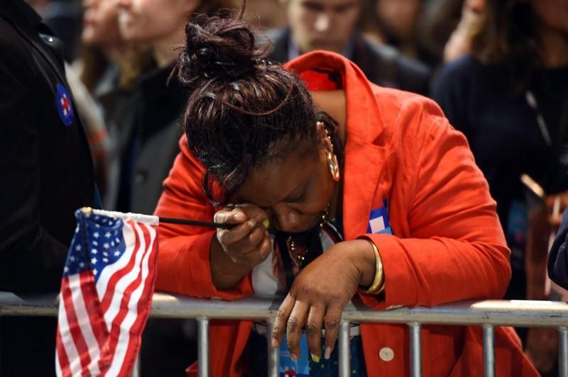 Người ủng hộ bà Clinton ở New York bật khóc trước kết quả bầu cử cho thấy bà Clinton yếu thế hơn ông Trump.