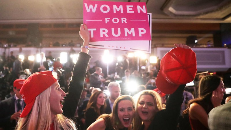 Người ủng hộ Trump ăn mừng ở New York tối 8-11.