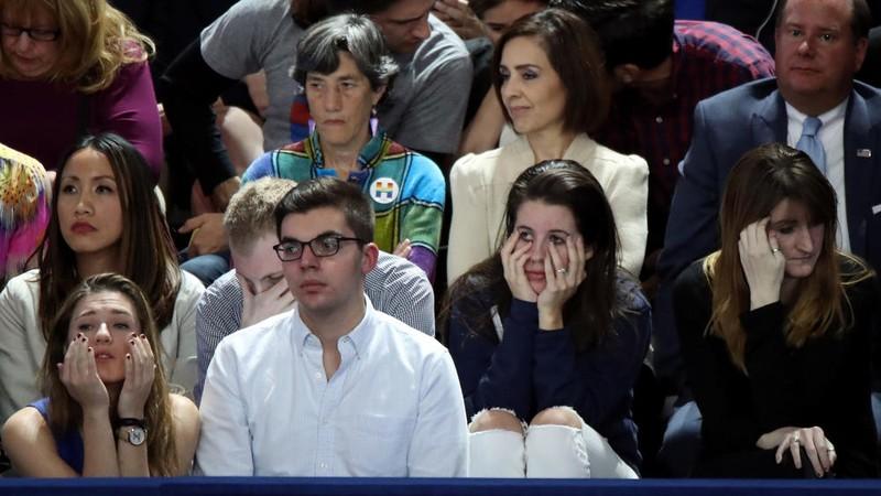 Người ủng hộ bà Clinton theo dõi kết quả bầu cử trong lo âu tại New York tối 8-11.