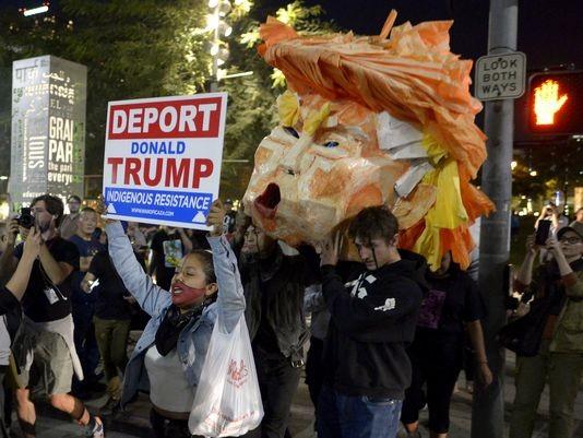 Biểu tình phản đối Trump tại Los Angeles tối 9-11.