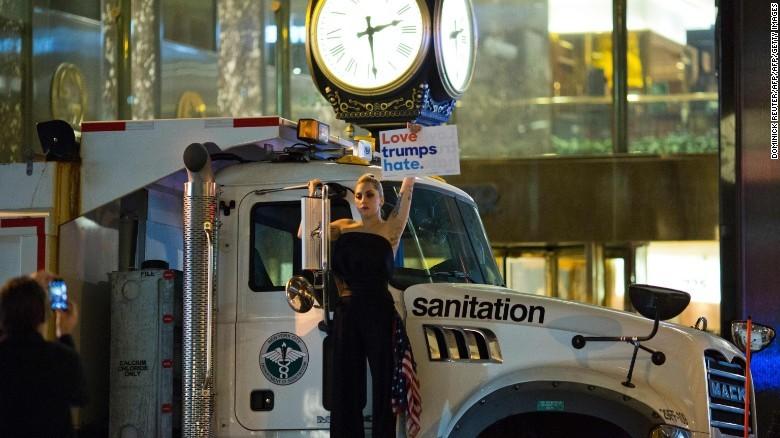 Ngôi sao nhạc pop Lady Gaga biểu tình phản đối ông Trump ở New York.