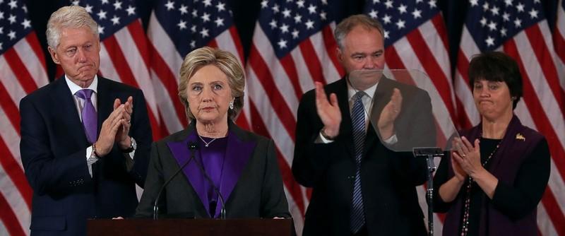 Bà Clinton (thứ hai từ trái qua) phát biểu sau thất bại tại New York ngày 9-11. Tháp tùng bà là cựu Tổng thống Bill Clinton (trái) và vợ chồng ứng viên phó tổng thống Dân chủ Tim Kaine.