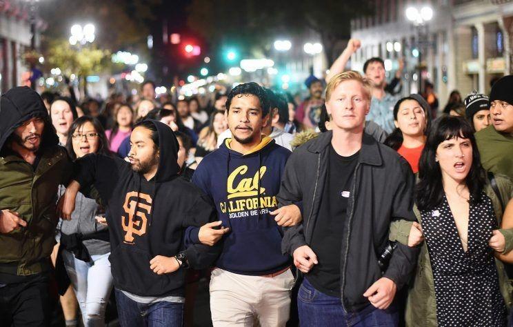 Triệu triệu người ký đơn xin đại cử tri bầu Clinton. Biểu tình phản đối ông Trump ở Oakland (California) tối 9-11.