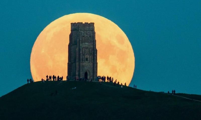 Ngắm siêu trăng ở Glastonbury Tor, hạt Somerset (Anh) năm 2015.