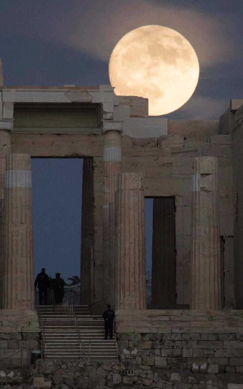 Mặt trăng ở Athens (Hy Lạp) ngày 13-11.
