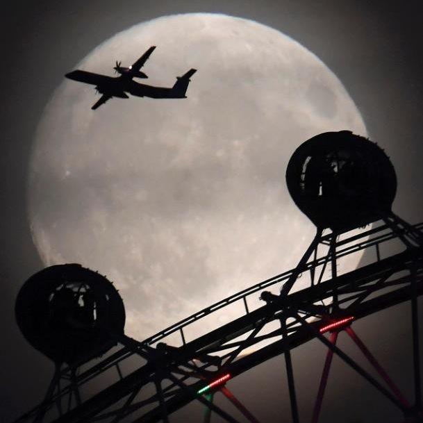 Máy bay bay ngang mặt trăng ở London (Anh) tối 13-11.