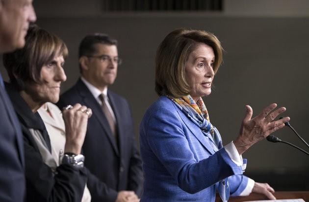 Bà Nancy Pelosi (phát biểu) đang gặp thách thức trong việc giữ vị trí lãnh đạo phe Dân chủ tại Hạ viện.