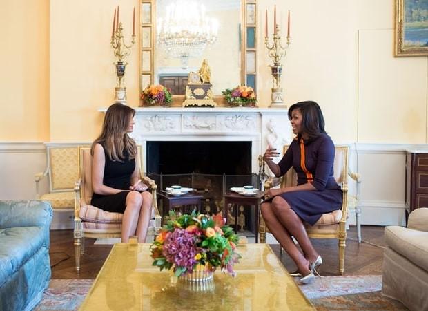 Đệ nhất phu nhân Michelle Obama (phải) tiếp bà Melania tại Nhà Trắng ngày 10-11.