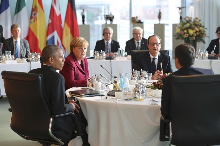 Tổng thống Obama (trái) bàn chính sự lần cuối với các lãnh đạo châu Âu tại Berlin (Đức) ngày 18-11.