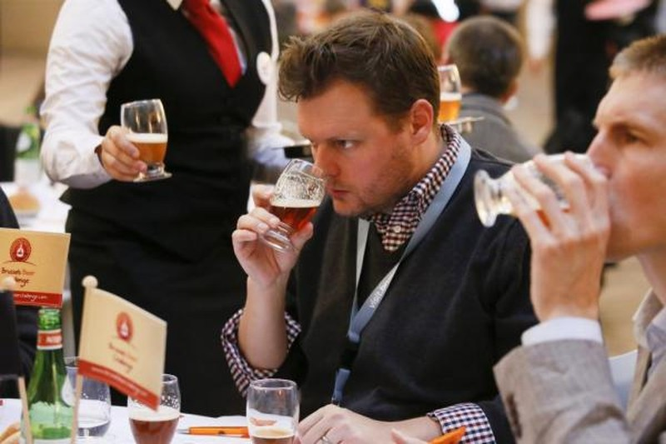 Thử bia tại một lễ hội ở Brussels (Bỉ) ngày 5-11.