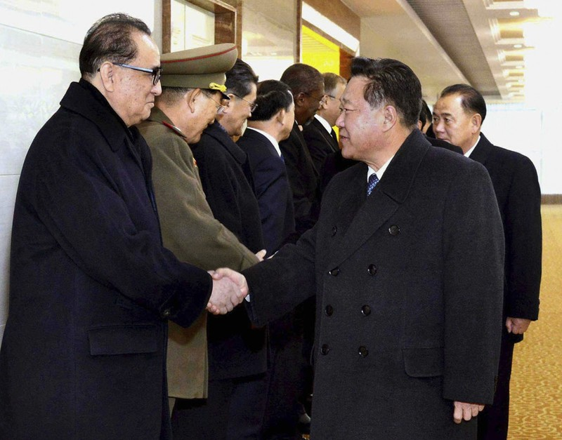Phó Chủ tịch đảng Lao động Triều Tiên Choe Ryong Hae (phải) dẫn đầu phái đoàn Triều Tiên sang Cuba viếng đám tang Chủ tịch Fidel Castro ngày 28-11.
