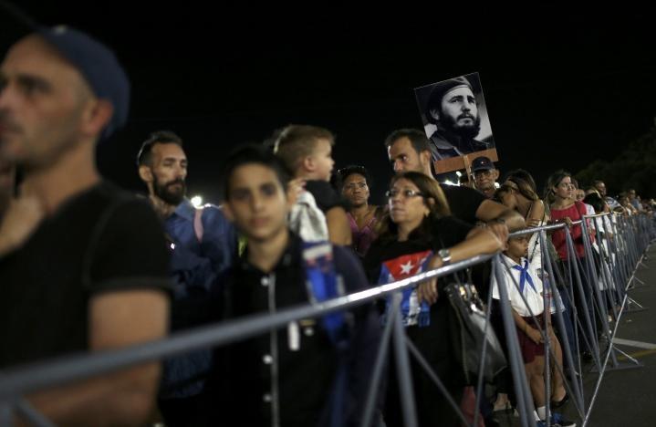Người dân bắt đầu tập trung tưởng nhớ Chủ tịch Fidel từ 4 giờ sáng 28-11.