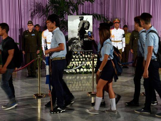 Người dân Cuba viếng Chủ tịch Fidel tại Quảng trưởng Cách mạng ở Havana ngày 28-11.