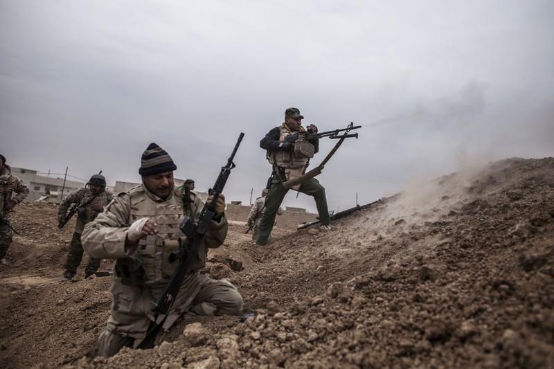 Lính Iraq giao tranh với IS ở làng Al-Qasr, cách làng Mosul ngày 30-11.