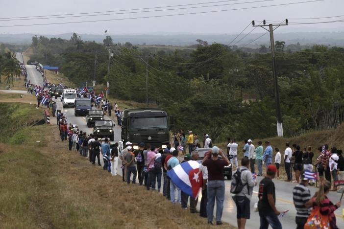 Đoàn xe chở di cốt Chủ tịch Fidel Castro tại TP Villa Clara ngày 1-12.