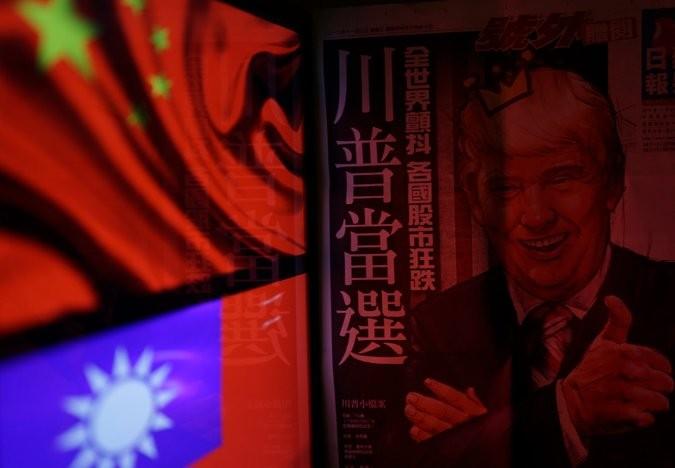 Hình ông Trump bên cạnh lá cờ Trung Quốc. Ảnh: EPA