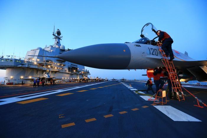 Hình ảnh tập trận bắn đạn thật cùng tàu sân bay Liêu Ninh ở Bột Hải ngày 14-12. Ảnh: REUTERS
