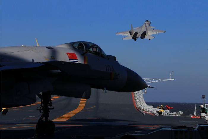 Trung Quốc lần đầu tập trận bắn đạt thật với tàu sân bay Liêu Ninh. Ảnh: REUTERS