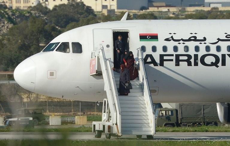 Hành khách ra khỏi máy bay. Ảnh: AFP