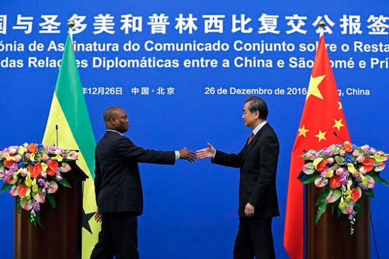 Bộ trưởng Ngoại giao Trung Quốc Vương Nghị (phải) và Ngoại trưởng Urbino Botelho của Sao Tome and Principe trong buổi ký biên bản khôi phục quan hệ tại Bắc Kinh ngày 26-12. Ảnh: AP