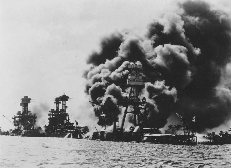 Từ trái sang: Tàu USS Tennessee, USS West Virginia, USS Arizona trong trận Trân Châu Cảng. Ảnh:  WORLDWAR PHOTOS