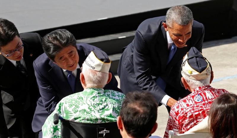 Tổng thống Mỹ Barack Obama (phải) và Thủ tướng Nhật Shinzo Abe gặp gỡ các cựu binh Trân Châu Cảng ở Hawaii (Mỹ) ngày 27-12. Ảnh: AP