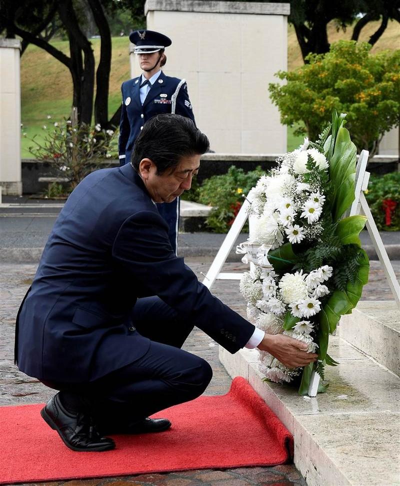 Thủ tướng Nhật Shinzo Abe đặt vòng hòa tưởng niệm tại đài tưởng niệm Arizona tại Trân Châu Cảng ở Hawaii (Mỹ) ngày 27-12. Ảnh: REUTERS