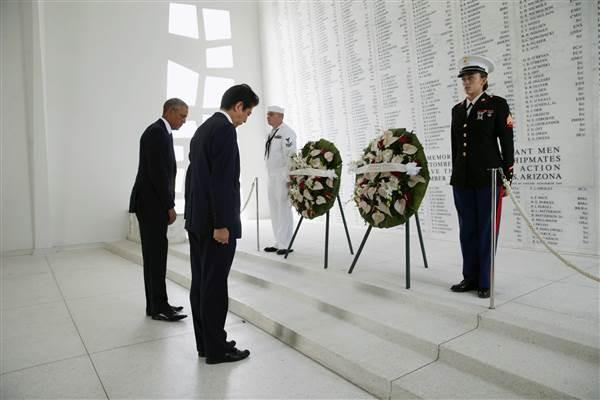 Tổng thống Mỹ Barack Obama (phải) và Thủ tướng Nhật Shinzo Abe đặt vòng hoa tưởng niệm tại đài tưởng niệm Arizona tại Trân Châu Cảng ở Hawaii (Mỹ) ngày 27-12. Ảnh: REUTERS