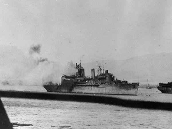Tàu USS Curtis hứng một quả bom và một xác máy bay Nhật. Ảnh: THE DRIVE